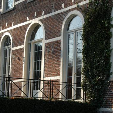 realisatiefoto cottage woning in de stad met witte pvc ramen