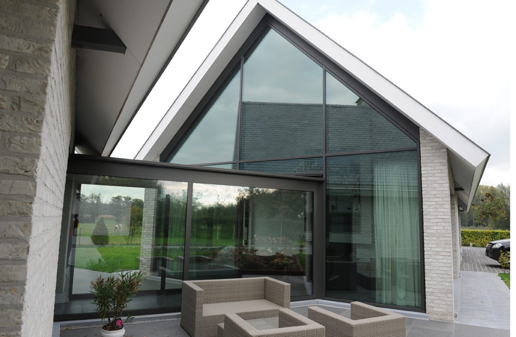 Gordijngevel strakke aluminium profielen met glas